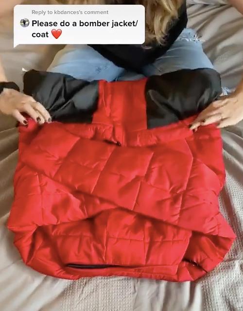 Tuy nhiên, do tính chất lồng phồng đặc trưng của chất liệu này, cô không gập sườn áo mà chỉ xếp hai tay áo chéo nhau.