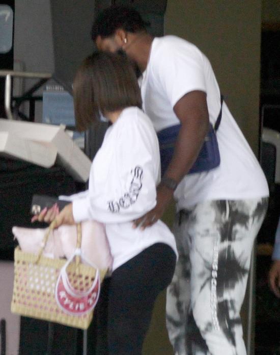 Tristan ôm eo Khloe, hộ tống cô mang đồ ra xe.