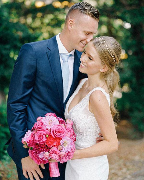 Trên trang cá nhân, thủ môn Arsenal và vợ mới cưới đều chia sẻ khoảnh khắc trong lễ cưới. Ông và bà Leno, Bernd Leno viết chú thích khoảnh khắc cô dâu chú rể tình tứ bên nhau.