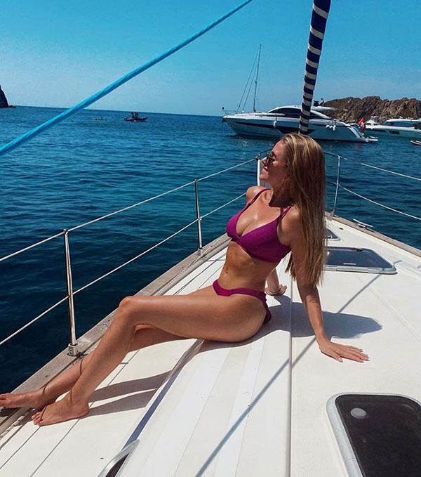 Vợ sao Đức có vóc dáng mảnh mai, cân đối với ba vòng gợi cảm. Sophie thỉnh thoảng đăng tải ảnh mặc bikini khéo khoe đường cong.