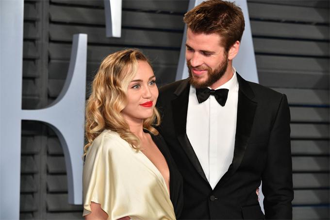 Tại trường quay The Last Song năm 2009, Miley cảm nắng bạn diễn điển trai đến từ Australia, Liam Hemsworth. Hai người đóng cặp đôi  Ronnie và Will trong tiểu thuyết lãng mạn của Nicholas Sparks. Bộ phim đóng máy cũng là lúc cặp sao bắt đầu hẹn hò. Tháng 5/2012, Liam  quỳ gối cầu hôn Miley khi cô mới 19 tuổi. Tháng 9/2013, hai người bất ngờ hủy hôn ước, chia đôi ngả đường.Hai năm sau, cặp sao tái hợp và Miley đeo lại nhẫn đính hôn. Hai người mua nhà cạnh nhau ở Malibu và chuyển về sống chung. Tháng 12/2018, sau một thập kỷ gắn bó, Miley và Liam kết hôn trong lễ cưới đầm ấm cùng gia đình tại quê nhà Tennessee. Tuy nhiên hôn nhân trục trặc chỉ sau 8 tháng nên duyên vợ chồng. Miley thông báo chia tay vào tháng 8/2019 và hai tuần sau Liam Hemsworth nộp đơn ly hôn.