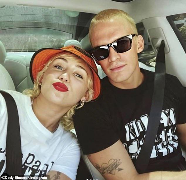 Miley và Cody vẫn tình cảm bên nhau vào đầu tháng 8.