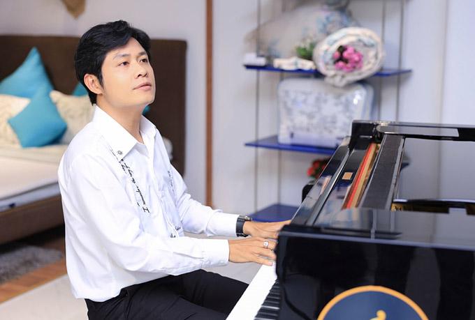 Nhạc sĩ thể hiện một số ca khúc trong album Heal me bằng đàn piano ở sự kiện.