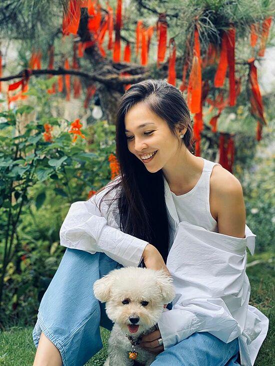 Nhờ quản lý bản thân tốt, Hiền Thục vẫn giữ được nhan sắc tươi trẻ ở tuổi 39. Cô tận hưởng cuộc sống độc thân vui vẻ bên bố mẹ và con gái.