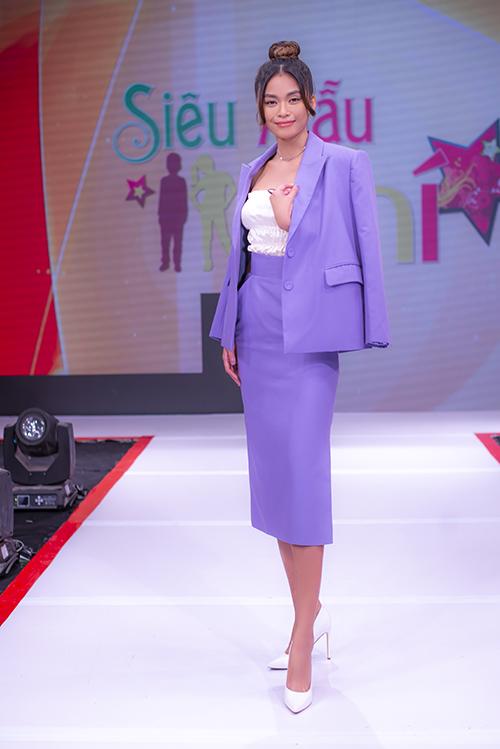 Mâu Thuỷ thể hiện phong cách sành điệu và hiện đại cùng suit kiểu dáng thanh lịch với tông tím lilac đang được yêu thích.