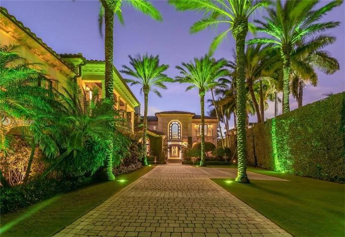 Chưa rõ liệu cặp sao sẽ chuyển tới đây sống hay mua để đầu tư. Alex Rodriguez vốn đã sở hữu một biệt thự lớn ở Miami và Jennifer Lopez cũng vừa mua một biệt thự xinh xắn ở Los Angeles.