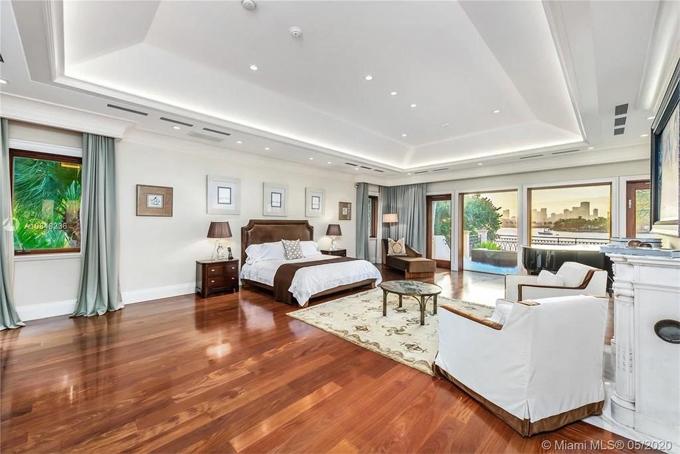 Ngôi nhà có bốn phòng ngủ trên lầu và 6 ở tầng dưới. Các phòng đều có không gian rộng rãi, cửa kính kịch trần.