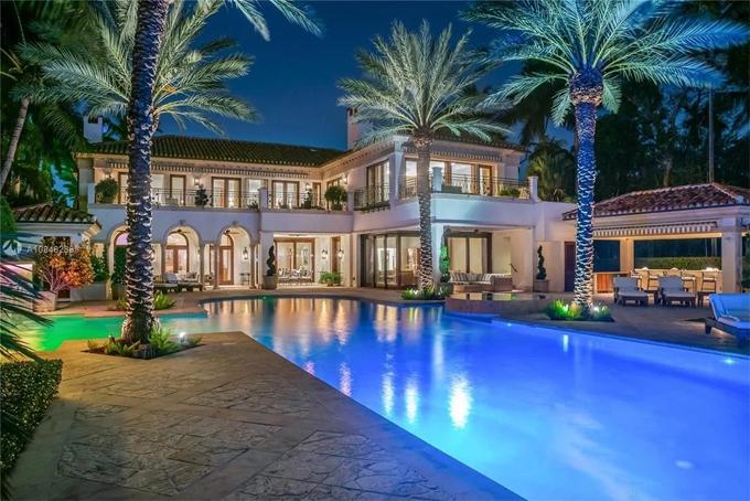 Dinh thự lộng lẫy này gồm ngôi nhà hai tầng rộng 3.700 m2, sân vườn mênh mông bao quanh và bể bơi vô cực ngoài trời.