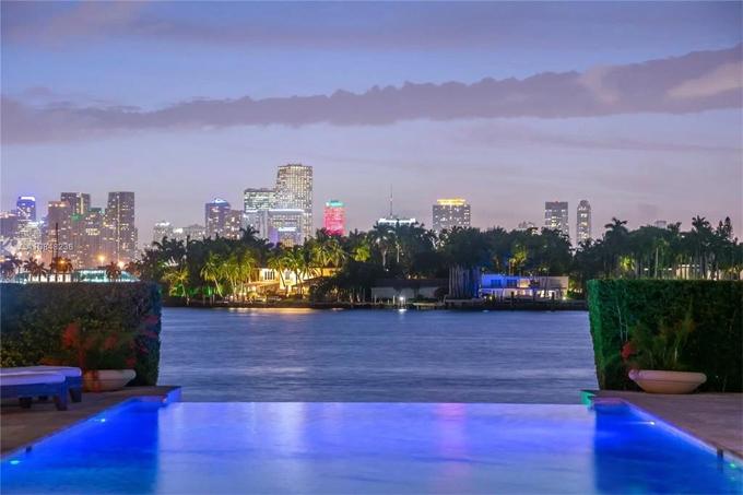 Hồ bơi có tầm nhìn toàn cảnh ra vịnh Biscayne và đường chân trời của thành phố Miami.