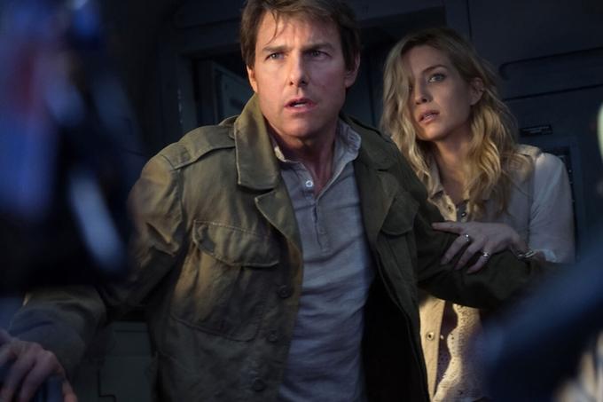 Tom Cruise và Annabelle Wallis trong phim The Mummy.