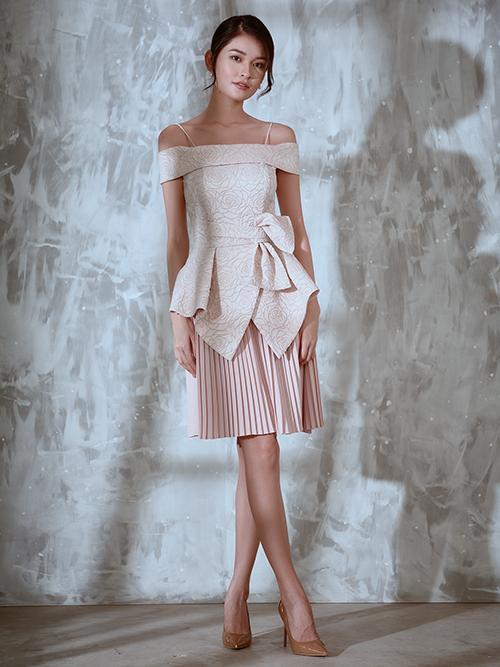 Trong bộ ảnh thực hiện cùng á hậu Thuỳ Dung, nhà thiết kế Nguyễn Hà Nhật Huy mang tới các mẫu váy đi tiệc hợp không khí mùa thu.