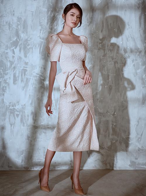 Kỹ thuật drapping tạo điểm nhấn khéo léo cho ra đời các mẫu trang phục thích hợp cho những buổi tiệc nhẹ với không khí thân mật, ấm cúng.