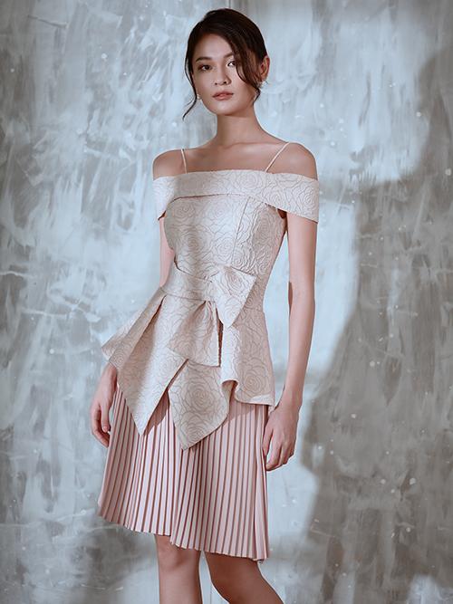 Với chất liệu chủ đạo là vải bố gấm, nhà mốt Việt tạo nên những bộ cánh hợp trend và mang dấu ấn độc đáo về cách dựng phom.
