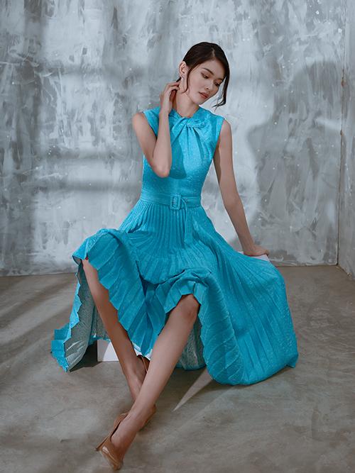 Hoà cùng trào lưu sử dụng vải dập ly trong thiết kế, Nguyễn Nhật Huy cũng trình làng các mẫu váy mang hơi hướng hiện đại.