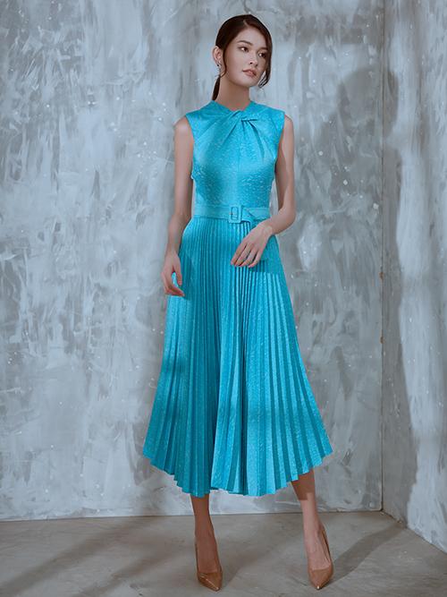 Đầm xếp ly được kết hợp với phần cổ xoắn vải tạo nên bố cục hài hoà và giúp phái đẹp có được trang phục đồng điệu với xu hướng mới.