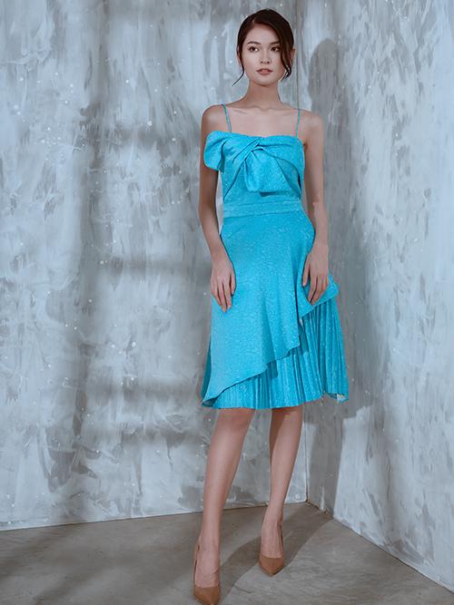 Váy hai dây với nhiều điểm nhất bắt mắt nhờ các chi tiết xoắn nơ bất đối xứng, xếp layer và trang trí vạt xéo.