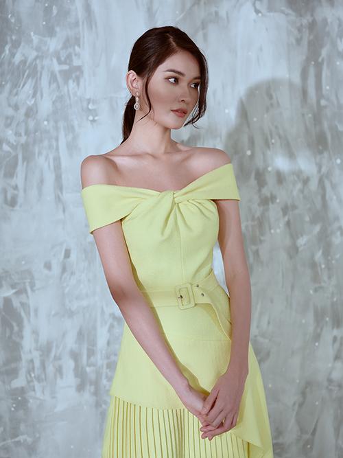 Váy trễ vai của mùa mới được tạo điểm nhấn bắt mắt nhờ phần cắt ráp tỉ mỉ và phối hợp lụa cùng vải xếp ly.