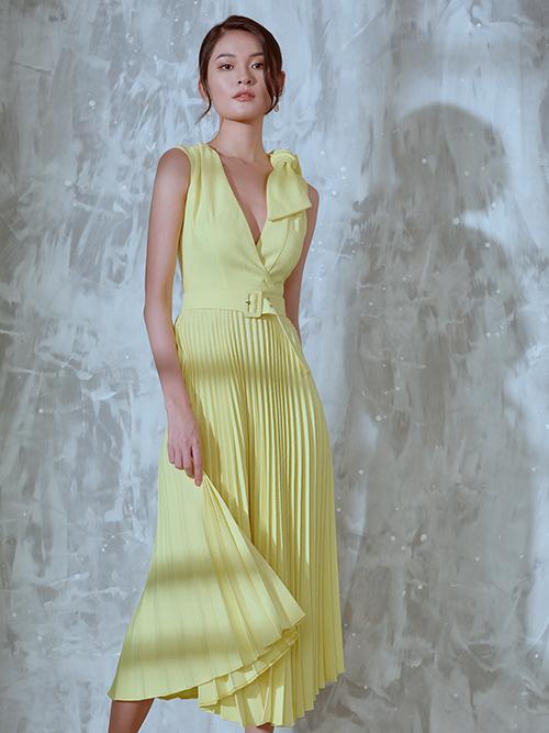 Trang phục vừa tôn nét hiện đại vừa khơi gợi hình ảnh sexy với chi tiết xẻ ngực chữ V trên thân váy xếp ly.