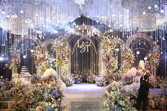 Hơn 100 nhân công được huy động, làm việc trong 48 tiếng đồng hồ để cho ra đời concept tiệc cưới pha lê, đáp ứng mong mỏi về hôn lễ trong mơ của uyên ương.
