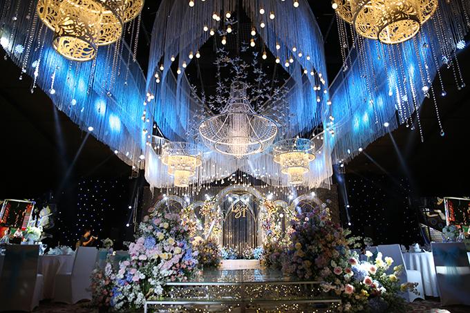 Lượng lớn hoa tươi trang trí hội trường được nhập khẩu trực tiếp từ Ecuador, Trung Quốc...