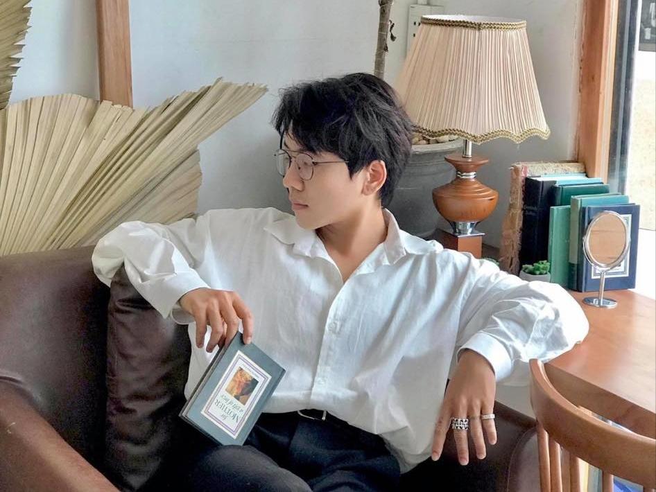 Làm lĩnh vực nghệ thuật, Kenji rất chăm chút cho cuộc sống lẫn phong cách thời trang. Anh chuộng áo sơmi, blazer có gam màu cơ bản.