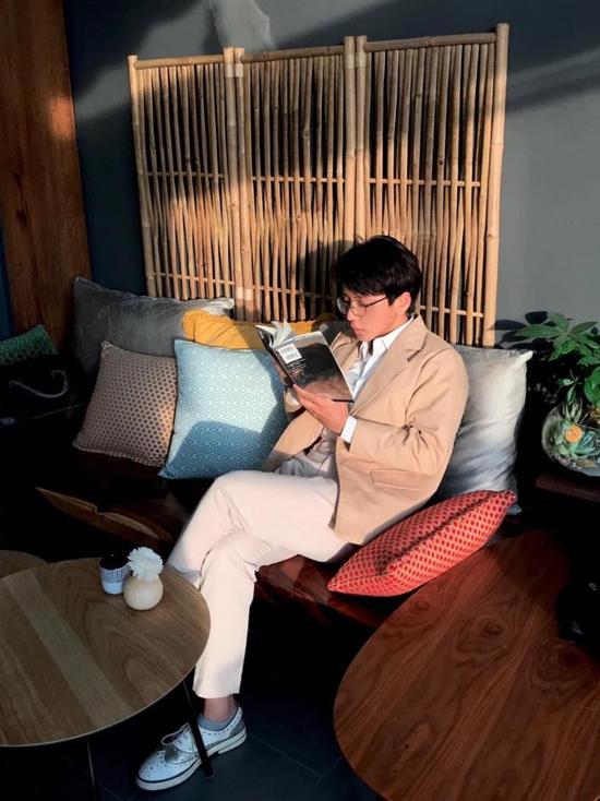 Trong mắt Miko Lan Trinh, bạn trai là người cuốn hút, ấm áp. Anh chăm sóc bạn gái từ những điều nhỏ nhặt: mang giày, che chắn khi đi thang máy, chuẩn bị thức ăn... Điều đó khiến Lan Trinh cảm thấy như một nàng công chúa nhỏ trong vòng tay người yêu.