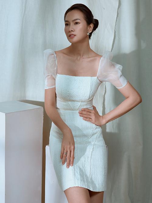Nhà thiết kế sử dụng các chất liệu vải bố, ren, organza kết hợp cùng những đường cắt cúp được viền ren tỉ mỉ.