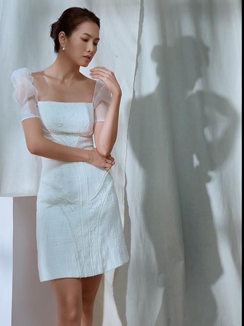 Đầm liền thân dáng ngắn có phần cắt cúp ngực đẹp mắt, đồng thời chi tiết tay bồng bằng vải trong cũng góp phần mang tới nét duyên dáng cho người mặc.