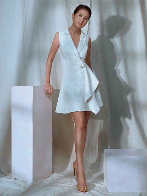 Đầm cổ vest thiết kế trên vải bố trắng vừa mang lại nét thanh lịch vừa giúp phái đẹp tôn chiều cao một cách hiệu quả.