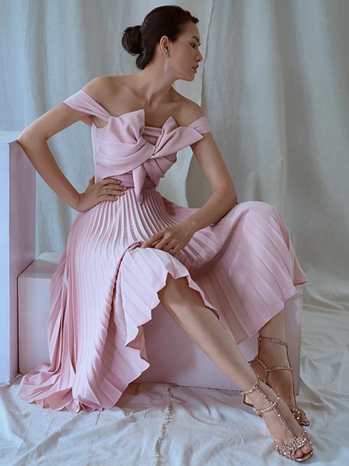 Cùng với vải bố dễ dựng phom và tôn hình thể, Nguyễn Hà Nhật Huy cũng chọn vải xếp ly để mang tới các mẫu đầm đi đúng khuynh hướng thời trang 2020.