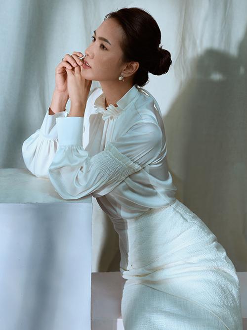 Trong bộ ảnh mới thực hiện, Anh Thư giúp nhà thiết kế Nguyễn Hà Nhật Huy giới thiệu các mẫu đầm đi tiệc dành cho mùa thu.