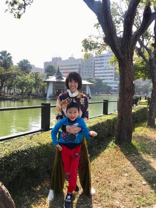 Vũ Nhu và con trai bị khuyết tật.
