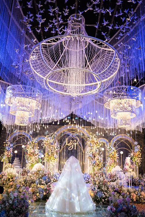 Cô dâu muốn không gian tiệc lộng lẫy và với hệ thống ánh sáng sẽ tôn được vẻ đẹp của mình khi diện váy cưới.
