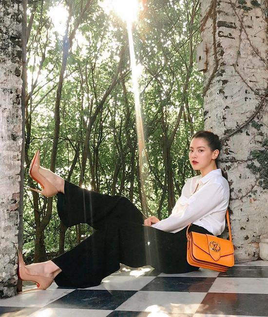 Thiết kế phụ kiện hot trend còn chiếm được cảm tình của nhiều sao châu Á, trong đó có mỹ nhân Thái Lan Baifern Pimchanok - nữ chính phim Chiếc lá cuốn bay.