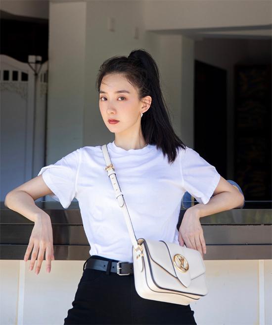 Diễn viên Trung Quốc Chu Nhan Mạn Tư kết hợp phiên bản màu trắng cho phong cách tối giản.