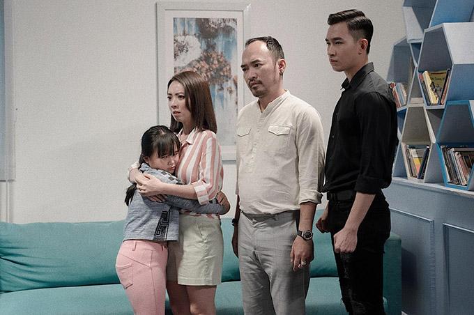 Bé Kim Thư thân thiết với Thu Trang sau khi đóng phim Nắng. Nhóc tỳ vui vì có dịp gặp lại mẹ Mưa ở dự án mới.