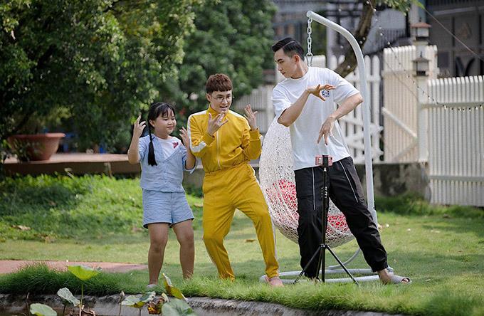 Huỳnh Lập (giữa) hoạt náo hết cỡ trên phim trường trong khi Võ Cảnh quen nghiêm túc, trầm lặng.