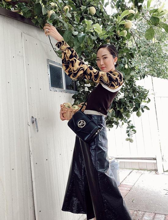 Biểu tượng của style thanh lịch Chriselle Lim chọn tone trầm chủ đạo cho bộ cánh pha trộn nhiều chất liệu khác nhau.