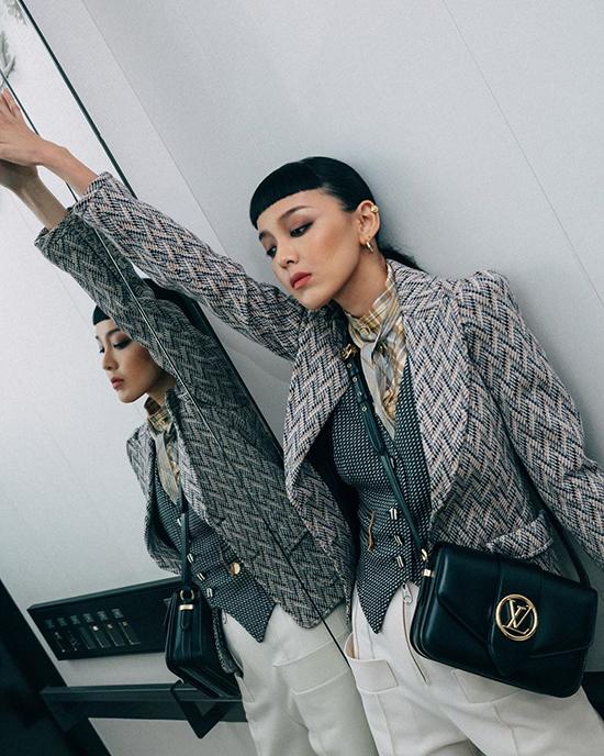 Trang phục mang hơi hướng menswear cũng được blogger Kiwi Lee Han khéo léo phối kèm túi đen sang chảnh.
