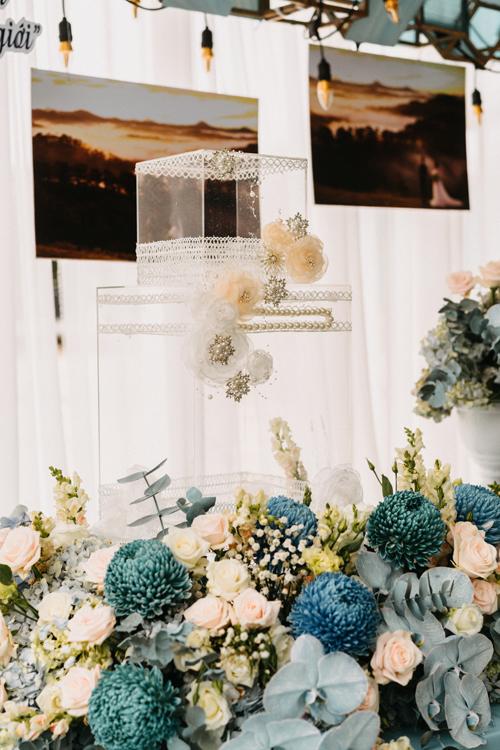 Thùng tiền mừng được cách điệu với ren, các đóa hoa 3D và hạt ngọc lấp lánh. Bộ ảnh được thực hiện bởi decor: Dzung Wedding - Luxury Event; photo: Picmind Photography, Dũng Art.