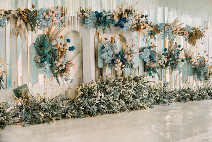 Dọc lối đi dẫn vào hội trường tiệc là các bộ khung sắt mỹ thuật được tô điểm bởi hoa cỏ, giúp cô dâu, chú rể và khách mời có những tấm hình đẹp mắt.