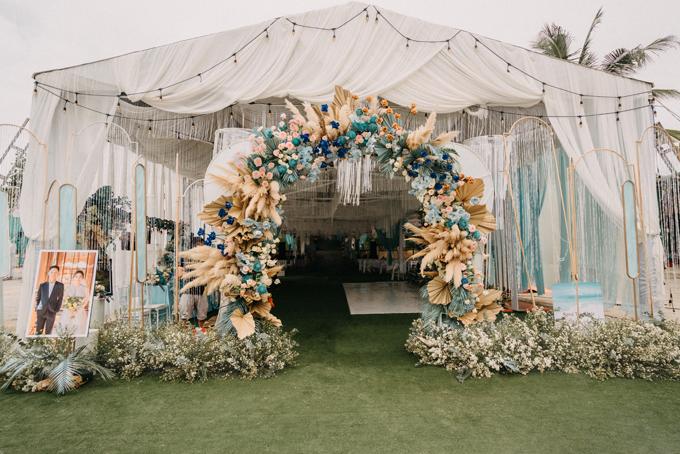 Trang trí cưới với chất liệu thiên nhiên chủ đạo gồm lá cọ, cỏ lau là xu hướng mới, tạo sự thân thiện với môi trường, hoàn thiện concept bầu trời xanh thẳm, đại diện ekip bộc bạch.