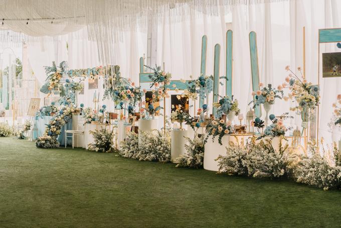 Bàn gallery phía đối diện trở thành điểm nhấn cho không gian, được trang trí với các loài hoa baby, lan hồ điệp, cúc mẫu đơn.