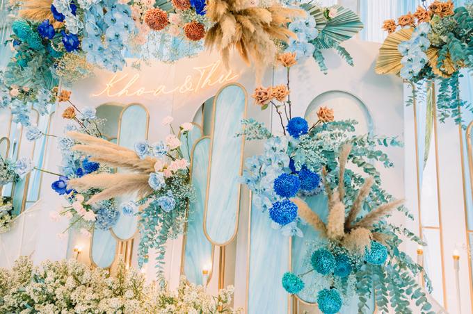 Sau khi xem kỹ các bảng màu, uyên ương quyết định chọn tông màu xanh sky blue như màu sắc bầu trời cho không gian cưới, gửi gắm khát vọng về tình yêu trường tồn, bất diệt, dù một trong hai có đi tận chân trời, góc bể, tình yêu vẫn bền chặt.