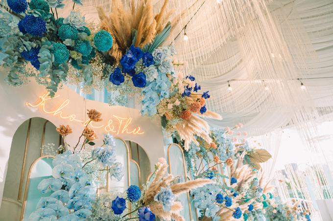 Hoa cưới gồm có cúc mẫu đơn, lan hồ điệp, Juliet, baby cùng một số loại hoa phụ trợ.