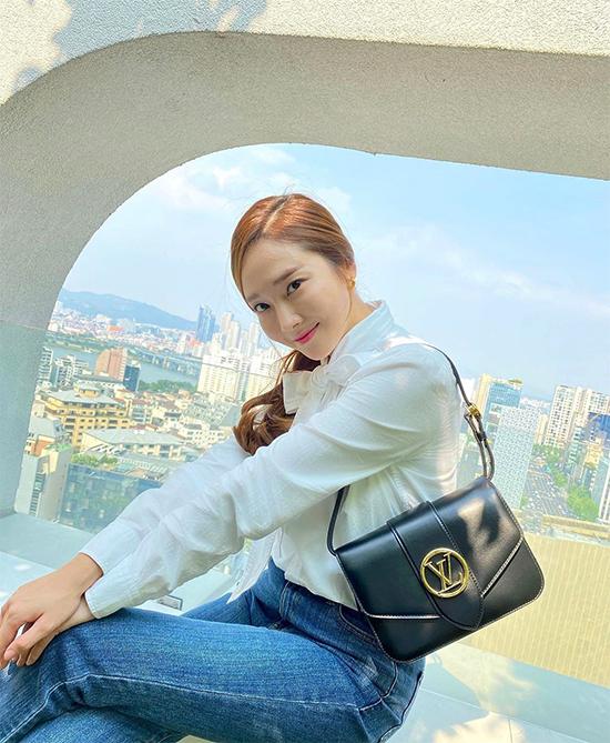 Cựu thành viên nhóm nhạc Hàn Quốc SNSD Jessica hóa quý cô công sở nền nã.