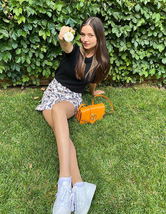 Siêu mẫu Miranda Kerr thêm tươi trẻ với trang phục năng động, mix túi màu cam bắt mắt.