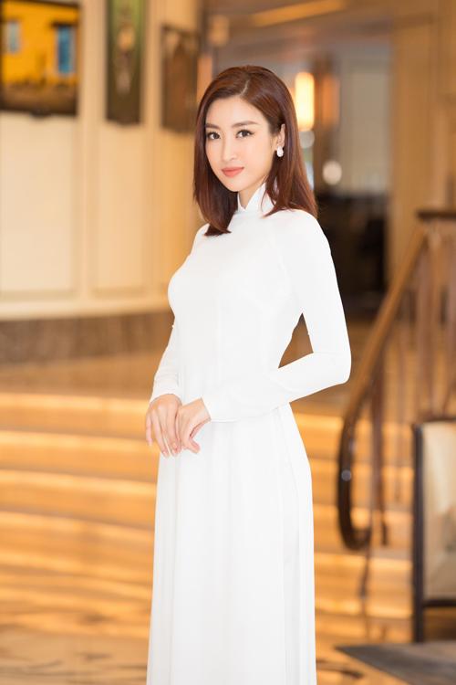 Áo dài là trang phục luôn được Đỗ Mỹ Linh chọn lựa và sử dụng trong nhiều dịp quan trọng. Bên cạnh các mẫu áo sắc màu nổi bật, hoa văn rực rỡ đến từ nhiều nhà thiết kế, áo dài trắng cũng được cô yêu thích.