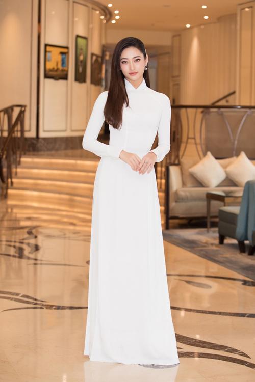Chiều cao vượt trội, gương mặt khả ái giúp hoa hậu Lương Thuỳ Linh trở nên cuốn hút hơn khi diện trang phục truyền thống.