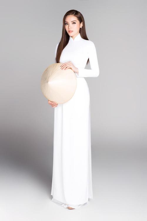 Hoa hậu sành điệu mê hàng hiệu như Kỳ Duyên cũng có lúc đằm thắm khi khoác lên mình mẫu áo dài trắng nữ sinh.